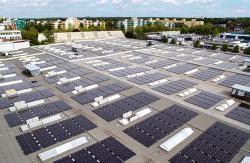 Střešní systémy jsou ideální komponenty decentralizovaného využití fotovoltaických zdrojů. Na obrázku je nejmodernější systém firmy BELECTRIC v Berlíně. (Zdroj BELECTRIC).