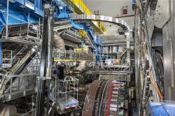 Instalace vnitřního dráhového detektoru při vylepšování detektoru ATLAS (zdroj CERN).