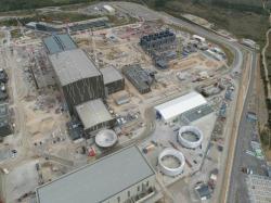 Pohled na areál s dokončenou budovou tokamaku ITER (zdroj ITER).