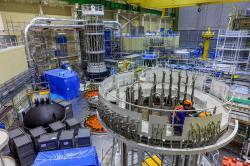Práce v reaktorové hale třetího bloku elektrárny Mochovce v roce 2016 (zdroj SEL).