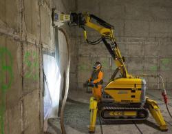 Seškrabování kontaminovaných betonových stěn v elektrárně Greifswald (zdroj EWN).