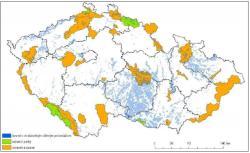 Území s dostatečným větrným potenciálem dle [1,2], zhruba odpovídající průměrné rychlosti větru ve výšce 100 m nad 6 m/s, a chráněná území. (Zdroj Ústav fyziky atmosféry AV ČR).