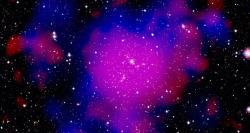 Kupa galaxií Abell 2744. Předpokládaná temná hmota znázorněná modře. Kredit: XMM-Newton/ESA, WFI/ESO, NASA, CFHT.