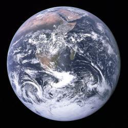 Nádherná planeta, obíhající okolo hvězdy Slunce v průměrné vzdálenosti zhruba 150 milionů kilometrů. Jako dosud jediné známé vesmírné těleso hostí Země komplexní formy života, a to již celé miliardy let. Její vlastní stáří ale bylo až do minulého století velkou záhadou. Kredit: NASA/Apollo 17, převzato z Wikipedie.