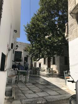 Kafenio na I Platsa. Majitel: Manolis Glezos. Kredit: Zde, Wikimedia Commons. Licence CC 4.0.