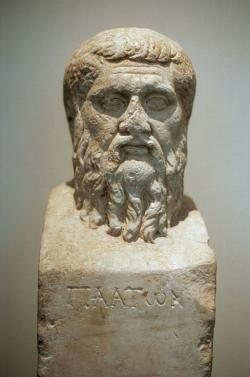 Hermovka Platóna z Akadémie. Římská kopie, originálu z doby kolem roku 340 př. n. l. Altes Museum Berlin. Kredit: Wikimedia Commons.