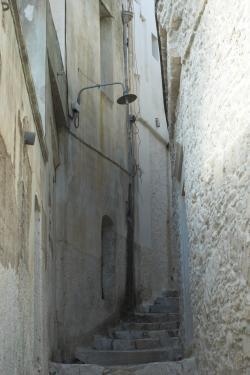 Jedna z uliček nahoru ke Kastru. Kredit: Zde, Wikimedia Commons. Licence CC 4.0.