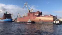 Plovoucí elektrárna Akademik Lomonosov opuští petrohradské loděnice Baltijskij závod (zdroj Rosatom).