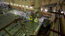 """V rámci vyřazování odstavených nepoškozených bloků se z aktivní zóny prvního bloku začaly odstraňovat """"tepelné"""" kanály (zdroj Černobylská jaderná elektrárna)."""