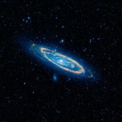 Galaxie vAndromedě  pozorovaná teleskopem WISE na středních vlnových délkách infračerveného záření. Kredit: NASA / JPL-Caltech / WISE Team.