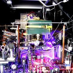 Ilustrační snímek atomových hodin založených na atomech stroncia. Kredit: Ye group & Baxley / JILA.