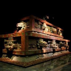 Teotihuacánská architektura. Fasáda Chrámu opeřeného hada. Kredit: rosemania / Wikimedia Commons.