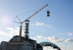 Odstraňování starého ventilačního komína (zdroj Černobylská jaderná elektrárna).