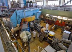 Laboratoř FLNR v SÚJV Dubna, které je dominantní v objevech nových supertěžkých prvků pomocí horké fúze, společně s laboratoří LLNL v Livermoru pojmenují její pracovníci tři nové prvky. (Zdroj SÚJV Dubna).