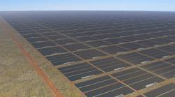 Mamutí solární farma vaustralské pustině. Kredit: Sun Cable.