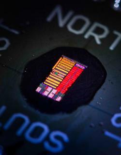 Nové mikročipy nejspíš budou komunikovat světlem. Kredit: Glenn J. Asakawa / University of Colorado.