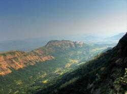 Pohled na výlevné vyvřeliny dekánských trapů. Síla běsnících vulkánů, které je před 66 miliony let vytvořily, musela být enormní. Kredit: Baajhan, Wikipedie