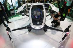 EHang 184 je autonomn�m l�tac�m strojem s kabinkou pro jednoho cestuj�c�ho. V�era ho ��na p�edstavila na veletrhu CES International v Las Vegas. (AP Photo / John Locher)