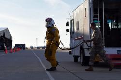 """Major letectva """"Vudu"""", zřejmě lidský pilot, zahajuje historický let sumělou inteligencí. Kredit: Luis A. Ruiz-Vazquez / US Air Force."""