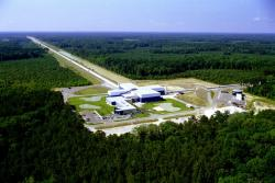 Livingstonská observatoř LIGO v Louisianě. Kredit: LIGO Scientific Collaboration/NSF