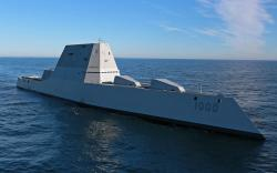 USS Zumwalt trénuje na moři. Kredit: US Navy.