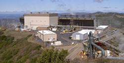 Geotermální pole The Geysers a geotermální elektrárna Sonoma Calpine 3 (zdroj Wiki – Stepheng 3)