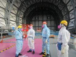 Guvernér prefektury Fukušima v nové horní části budovy třetího bloku (zdroj TEPCO).