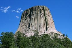 Ďáblova věž ve Wyomingu je útvar sopečného původu, vystupující 386 metrů nad okolní terén. Představuje nádherný doklad sloupcové odlučnosti. Vznikl asi před 50 až 60 miliony let erozí okolní horniny a stal se předmětem uctívání některých indiánských kmenů. Zdroj: Wikipedie