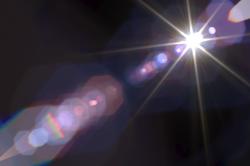 Polaritony umožňují kouzlit se světlem. Kredit: Hullin et al. (2011).