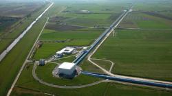 Jedním z největších objevů poslední doby, který slibuje budoucí průlom v pohledu na novou fyziku, je detekce gravitačních vln (zdroj LIGO).