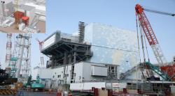 Kabina přistavená na platformě k boku druhého bloku umožnila zahájit práce v něm na patře s bazénem pro vyhořelé palivo. Zatím se tam kvůli silné radiaci dostaly pouze roboty. (Zdroj TEPCO).