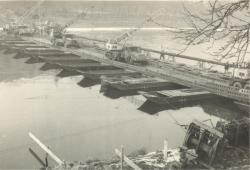 Pro překlenutí Vltavy se používal pontonový most.