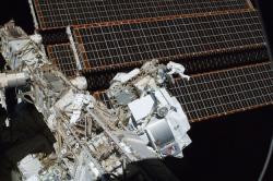 Spektrometr AMS umístěný a vesmírné stanici ISS (zdroj NASA).