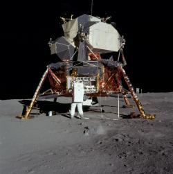 Lunární modul a dole vlevo pod ním pytle, které nakonec na Měsíci zůstaly (zdroj NASA).