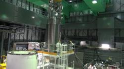 Manipulace s kontejnerem u bazénu čtvrtého bloku (zdroj TEPCO).