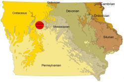 Lokalizace impaktního kráteru Manson na geologické mapě státu Iowa. S necelými 40 kilometry v průměru je tento astroblém sice mohutným, ale pro zavinění katastrofy na konci křídy příliš malým impaktním útvarem. Událost K-Pg navíc předchází asi o 8 milionů let. Kredit: Billwhittaker, Wikipedie (CC BY-SA 3.0)