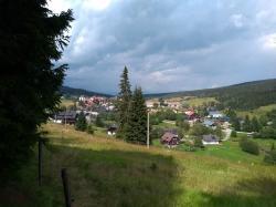Měli bychom si rozmyslet, zda i v takových místech chceme lesy větrníků. Krajina na Šumavě. (Foto Vladimír Wagner).