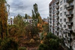 Město Pripjať zarůstá zelení, bude třeba řešit problémy se statikou chátrajících budov (foto Václav Vašků – další využití jen se svolením fotografa).