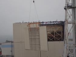 Odstraňování prvního bočního panelu provizorního krytu u prvního bloku (zdroj TEPCO).