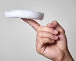 Ultralehký aerogel z plastových lahví. Kredit: NUS.
