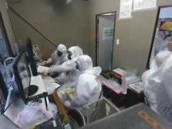 Řídicí středisko, odkud se práce kontrolovaly a ovládala kamera (zdroj TEPCO).