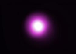 Kvasar PSS 0955+5940 na snímku teleskopu Chandra. Kredit: NASA/CXC/Univ. of Florence/G.Risaliti & E.Lusso.