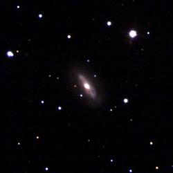 Galaxie J0437+2456 spotulnou supermasivní černou dírou. Kredit: Sloan Digital Sky Survey (SDSS).