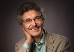 Odborník na urychlovačovou fyziku Anatolij Sidorin (LFVE SÚJV) ve svém komentáři reaguje na již dříve zveřejněnouúvahu Igora Ivanova, v níž teoretický fyzik a ředitele Bajkalské školy částicové fyziky SÚJV posuzuje hlavní body aktualizované Evropské strategie částicové fyziky - tedy klíčové priority, ježsi CERN určil nejen na nejbližší léta, ale i na druhou polovinu 21. století. Kredit: SÚJV).