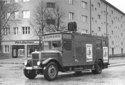 Nacistický rozhlasový vůz vkampani při prezidentských volbách vroce 1932, Berlín. Kredit: Das Bundesarchiv.