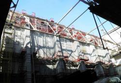 Stavba stěny oddělující třetí a čtvrtý blok, která bude ukončovat hermetický kryt nového sarkofágu (zdroj Černobylská jaderná elektrárna).