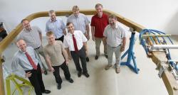 Hans-Stephan Bosch uprostřed, vbílé košili svínovou kravatou. Kredit: IPP.