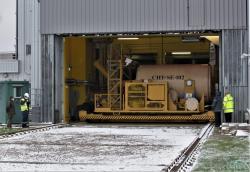 Vyvezení kontejneru spalivovými soubory zČernobylské jaderné elektrárny po naplnění (zdroj Černobylská jaderná elektrárna).