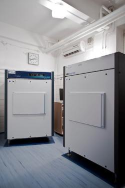 Zde se skrývají zařízení pro měření aktivity vzorků s radioaktivním uhlíkem 14C (zdroj ÚJF AV ČR).