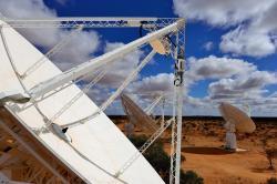 Talíře soustavy ASKAP vZápadní Austrálii. Kredit: CSIRO/Dragonfly Media.